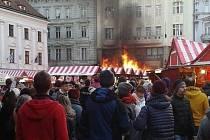 Požár na vánočních trzích v Bratislavě.