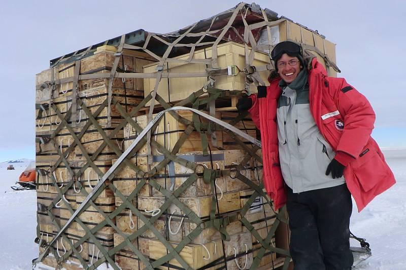 Brandon Peecook z Field Museum v Chicagu spolu s fosilními vzorky z raného a středního Triasu, které v letech 2010 - 2011 nashromáždila expedice do Transantarktického pohoří, které rozděluje Antarktidu