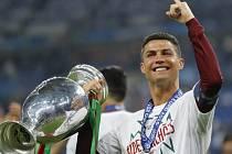 Cristiano Ronaldo s pohárem pro evropské šampiony.