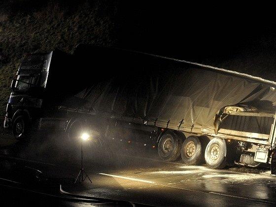 Na 177.kilometru D1 nedaleko Říčan na Brněnsku havaroval 21.ledna kamion převážející kyselinu chlorovodíkovou. Ze čtyř poškozených barelů uniklo 3500zcelkem 19.000litrů přepravované nebezpečné chemikálie. Na snímku je havarované vozidlo.