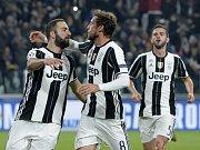 Fotbalisté Juventusu se radují z gólu proti Lyonu.