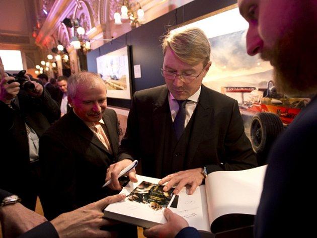 Na vyhlášení ankety Zlatý volat přijel idvojnásobný mistr světa F1 Mika Häkkinen (uprostřed).