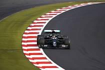 Jezdec Mercedesu Lewis Hamilton z Británie