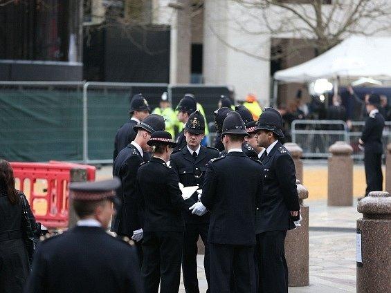 Poslední porady policistů před začátkem pohřbu Margaret Thatcherové. V ulicích Londýna jich jsou čtyři tisíce.