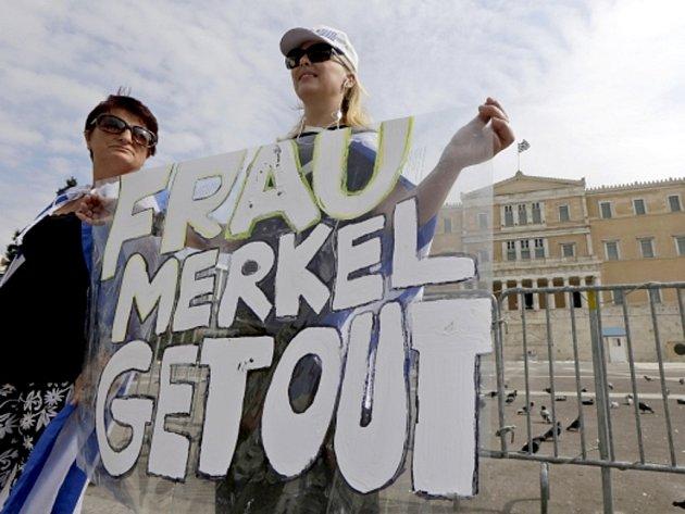 Německou kancléřku Angelu Merkelovou přivítaly dnes v Aténách tisíce demonstrantů, kteří se začali shromažďovat v okolí uzavřené zóny v centru řecké metropole.
