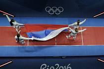 Ruské šavlistky s národní vlajkou.
