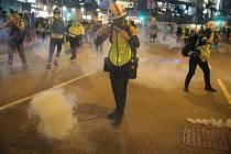 Demonstranti v Hongkongu po útoku policie slzným plynem