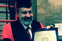 Teolog Tomáš Halík převzal čestný doktorát Oxfordské univerzity z rukou kancléře lorda Chrise Pattona. Stal se čtvrtým Čechem, jemuž se této cti dostalo.