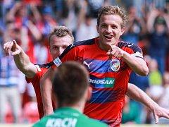 Jan Kopic z Plzně (vpravo) se raduje z gólu.