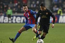 Záložník Plzně Milan Petržela (vlevo) proti Barceloně.