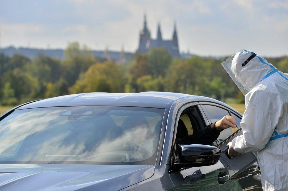 Lidé v karanténě a izolaci mohli 30. září na pražské Letné odevzdat hlas v drive-in volební stanici v senátních volbách.