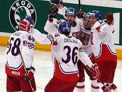 Čeští hokejisté se radují z gólu proti Rusku ve finále mistrovství světa.