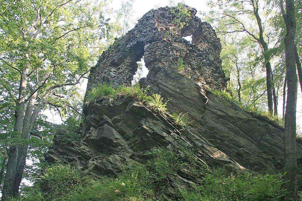 Zřícenina hradu Hamrštejn. Kdy byl hrad založen, není dodnes jasné. První zmínka o již stojícím hradu je z první třetiny čtrnáctého století.