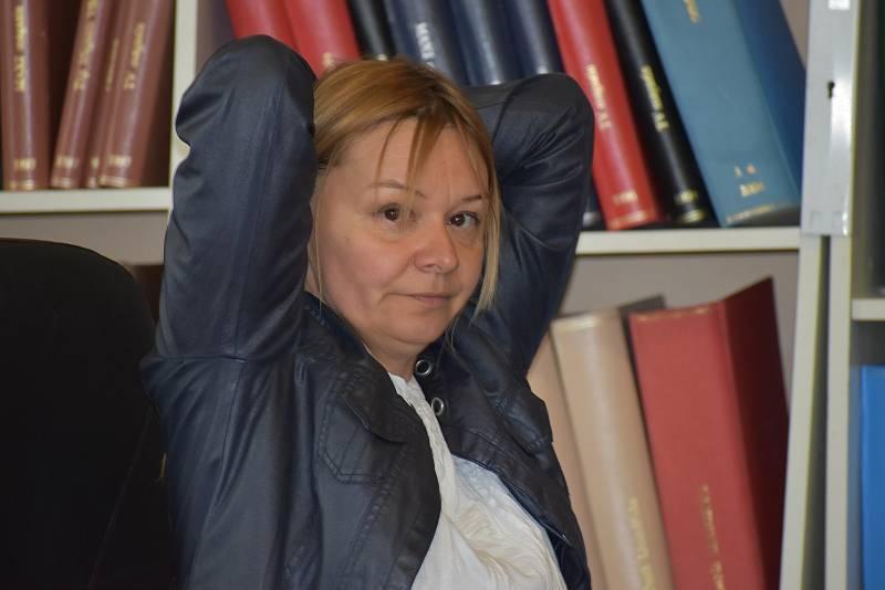 Ilona Škamlová ukazuje, jak si má dát člověk ruce za hlavu, když je při raketovém útoku venku.