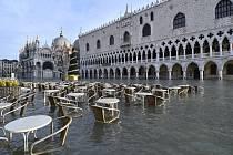 Zaplavené náměstí svatého Marka v Benátkách na snímku z 23. prosince 2019