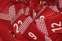 Veselé vánoční ponožky odpočítávají dny do Vánoc.