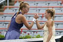Česká tenistka Petra Kvitová (vlevo) gratuluje Italce Camile Giorgiové k postupu do čtvrtfinále na turnaji v Montrealu.