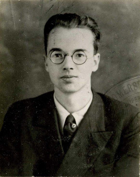 Rosenbergova skupina nebyla jediná, kdo prováděl špionáž pro Sovětský svaz. Nejvýkonnějším sovětským špionem v americkém jaderném programu byl Klaus Fuchs. Zde na policejním snímku po zatčení