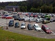Parkoviště u dolní stanice lanovky na Černou horu v Krkonoších