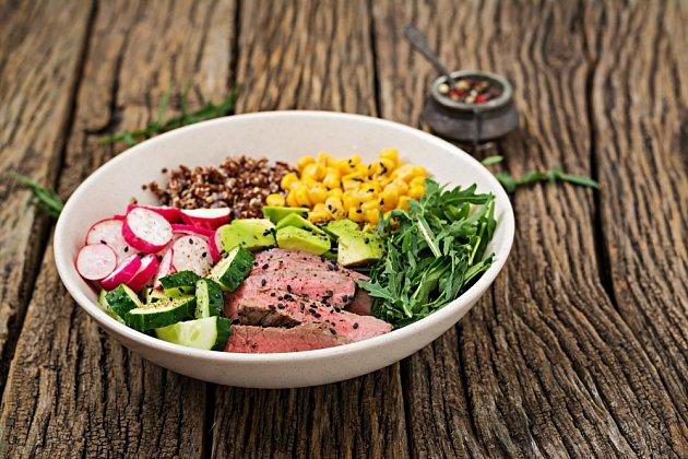 Buddha bowl s grilovaným steakem