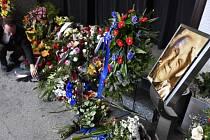 Lidé nosí květiny k rakvi při posledním rozloučení se spisovatelem a scenáristou Zdeňkem Mahlerem, které se konalo 23. března v motolském krematoriu v Praze.