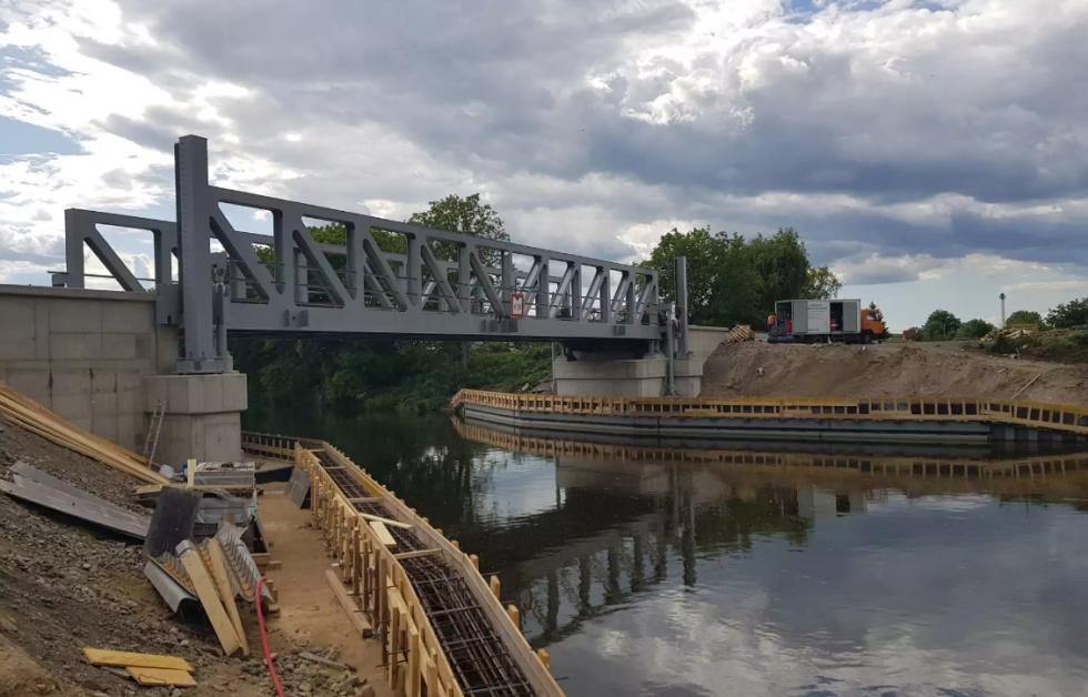 Unikátní zdvižný most v Lužci
