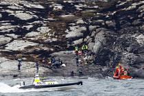 Vrtulník se zaměstnanci ropné plošiny v Severním moři a dvěma piloty se v pátek zřítil na ostrov Turöy nedaleko Bergenu.