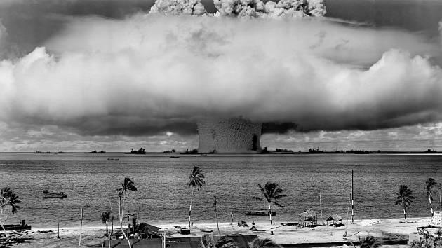 Jaderné pokusy spustila jako první armáda Spojených států v roce 1946 na atolu Bikini pod krycím názvem Operace Crossroads