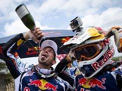 Cyril Despres z Francie (vlevo) oslavuje společně s kolegou Rubenem Fariou v cíli Rallye Dakar.