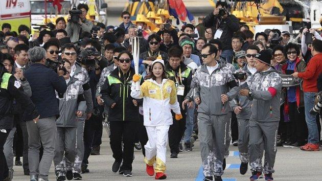 Jako první se s pochodní v Jižní Koreji proběhla krasobruslařka Jo Jong, která loni v 11 letech vyhrála národní šampionát.