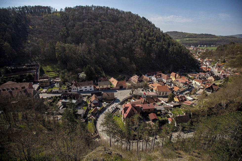 Snad se i ospalý městys pod hradbami brzo probudí a od parkoviště a vlakového nádraží budou opět proudit davy do kopce k hradu.