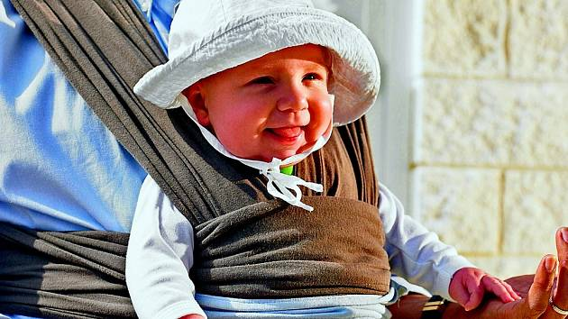 Nošení dítěte v šátku lze praktikovat jen při vhodném počasí. V létě se matka i dítě nadměrně potí a v zimě jsou nepříjemné přechody z vytopených prostor ven do mrazu.