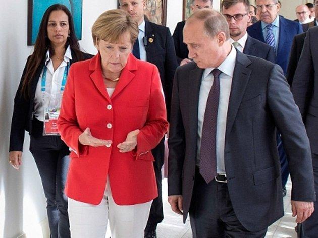 Putin i Merkelová zdůraznili naléhavou potřebu obnovit práci kontaktní skupiny na Ukrajině.