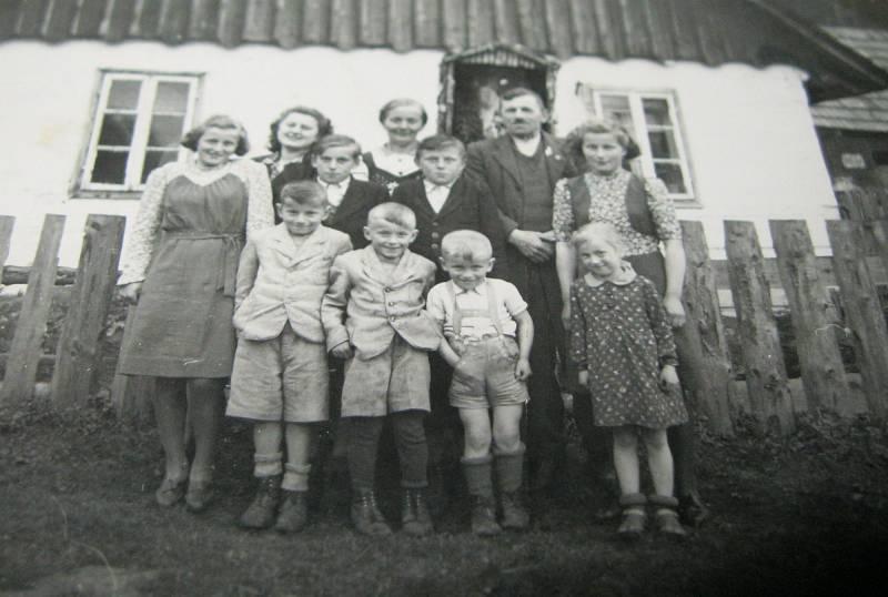 Rodina Hadwigerova v Nýznerově (prostřední řada-druhý zleva Rudolf Hadwiger).