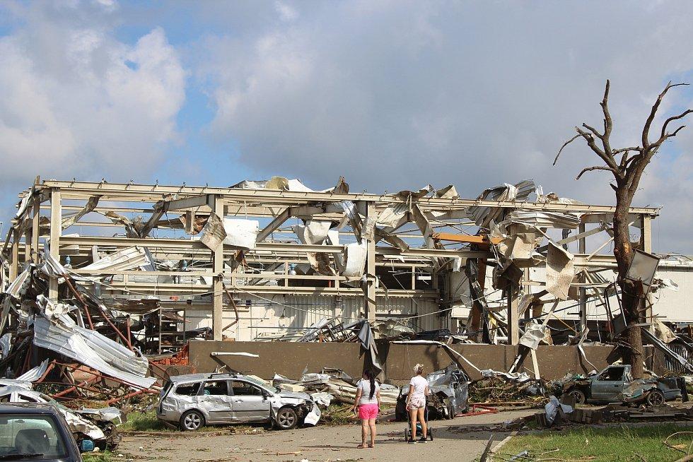 Areál MND v Lužicích následující den po ničivém tornádu.