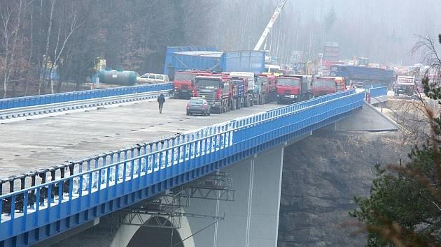 Most přes řeku Ohři na Sokolovsku, který má sloužit od příštího měsíce, prošel ve čtvrtek 17. března 2011 zatěžkávací zkouškou. Stavaři najížděli nákladními vozy na jednotlivé úseky mostu a odborníci měřili, zda stavba přes údolí splňuje zadaná kritéria.