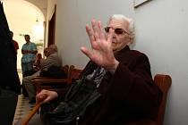Bývalá dělnická prokurátorka Ludmila Brožová-Polednová nastoupila dnes večer do ženské věznice ve Světlé nad Sázavou. Tam si má odsedět šestiletý trest odnětí svobody za podíl na justiční vraždě Milady Horákové a dalších tří mužů v roce 1950.