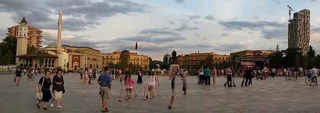 Skanderbegovo náměstí ilustruje albánskou historii. Vpozadí domy postavené Mussolinym za italské okupace doplňuje mešita zdob turecké nadvlády a pravoslavný chrám. Vpozadí pak moderní výškové budovy. Socha Skanderbega vystřídala Hodžu, předtím Stalina.