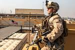 Americký voják střeží budovu velvyslanectví USA v Bagdádu (na snímku z 3. ledna 2020)