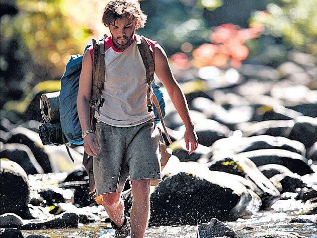 Chris (Emile Hirsch) spálil všechny mosty a vydal se vstříc svobodě.