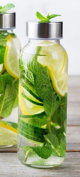 Při detoxikační dietě je důležité dostatečně pít, ideálně vlažnou vodu bez bublinek. Do ní si můžete přidat plátky oloupaných citrusů (citron, limetka, pomeranč), zázvoru, salátové okurky a také lístky bylinek, jako je například máta nebo bazalka.