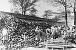 Ženy třídí boty obětí, které našly smrt v plynových komorách Auschwitzu