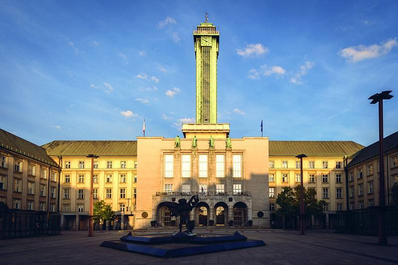Vyhlídková věž Nové radnice. Na více než osmdesát metrů vysoké věži si lze užít vyhlídkovou terasu jen sedm metrů pod jejím vrcholem.