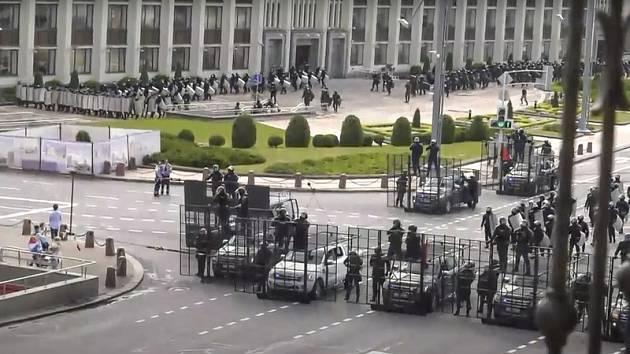 Policejní zátarasy blokují přístup na Vítězné náměstí běloruském Minsku, 30. srpna 2020.