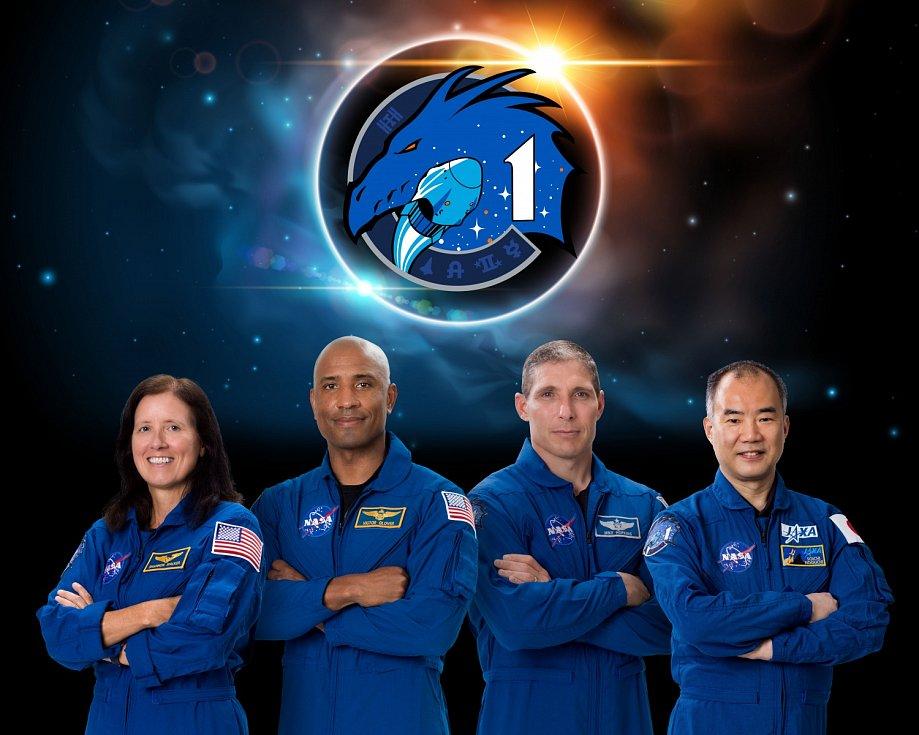 Posádka mise Crew-1. Zleva: letová specialistka Shannon Walkerová (NASA), pilot Victor Glover (NASA), velitel mise Michael Hopkins (NASA), astronaut Japonské vesmírné agentury (JAXA) Soichi Noguchi.