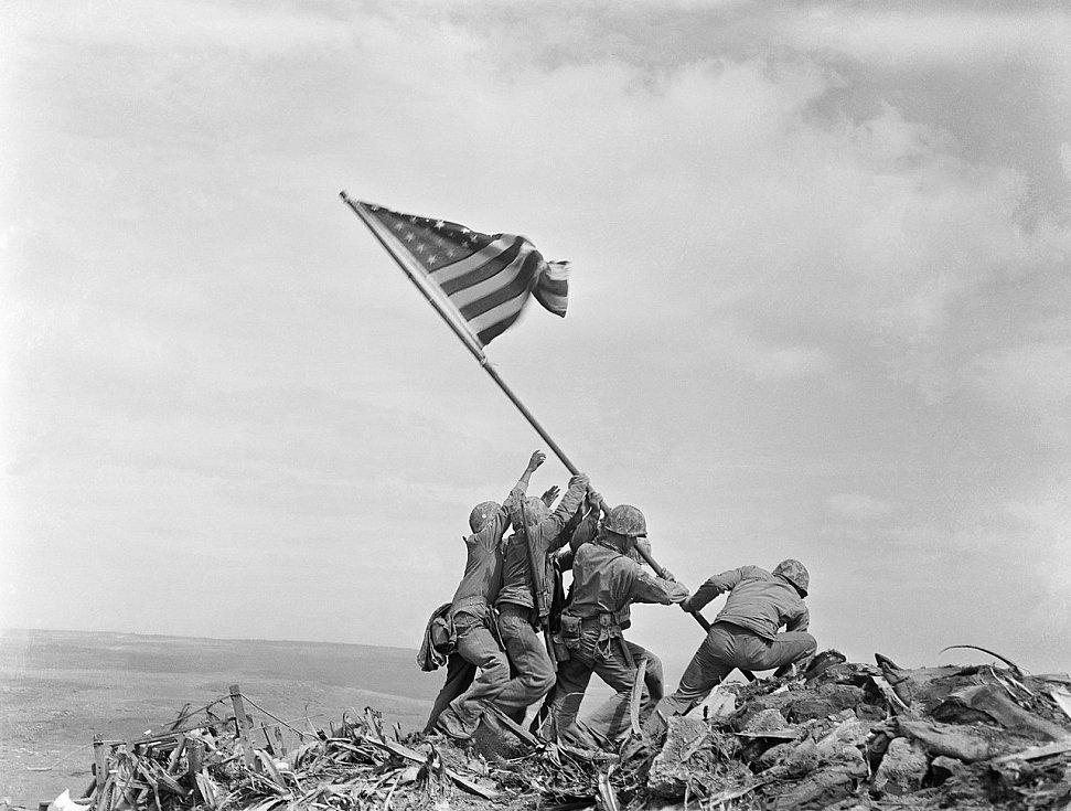 Slavná fotografie Joea Rosenthala, zachycující vztyčení americké vlajky nad Iwodžimou