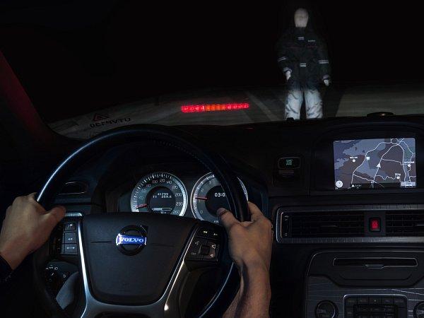 Detekce chodců bude uVolva XC90 fungovat iza tmy. Technologie umí automaticky brzdit vpřípadě hrozící kolize sjinými vozidly, chodci a cyklisty.