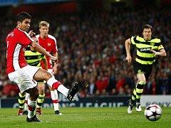 Arsenal Londýn - Celtic Glasgow: Eduardo z Arsenalu (vlevo) právě skóruje z penalty.