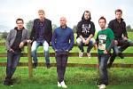 Chinaski dají na svém turné příležitost mladým kapelám či interpretům.