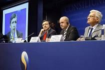 Jose Manuel Barroso, švédský premiér Fredrik Reinfeldt a předseda evropského parlamentu Jerzy Buzek na konferenci s Janem Fischerem
